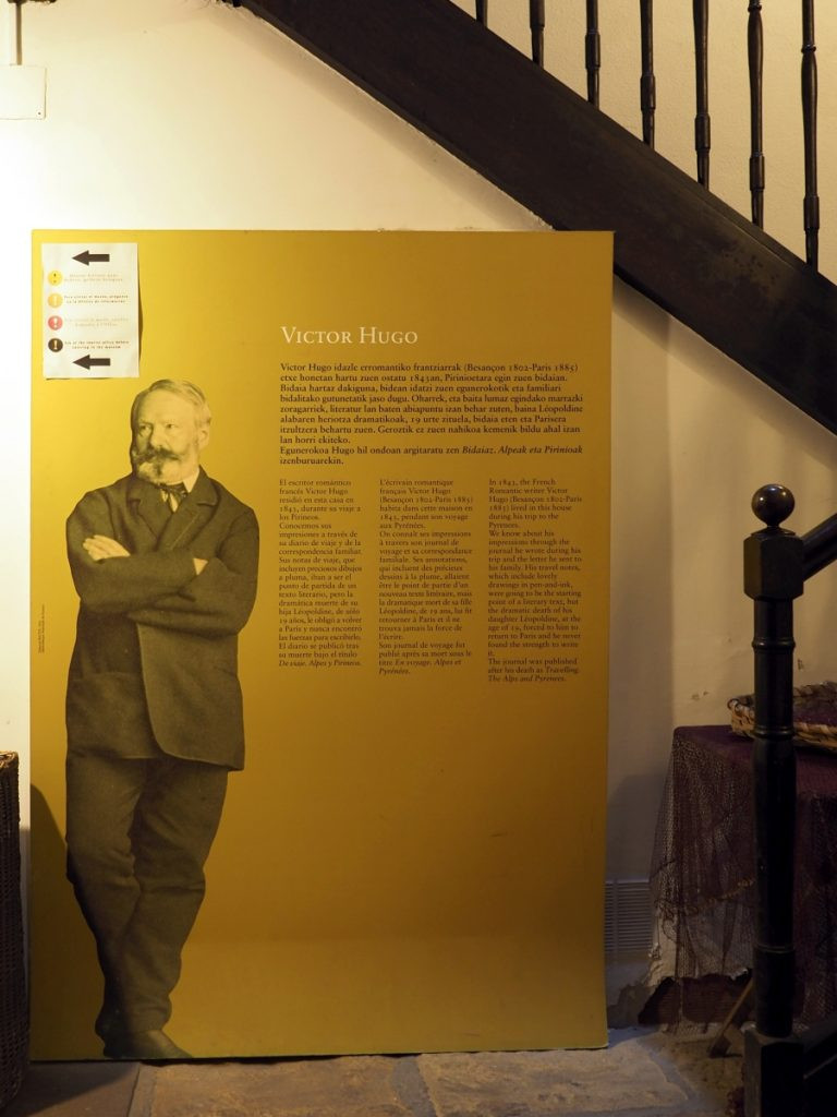 Infotafel zu Victor Hugo in Pasai Donebane