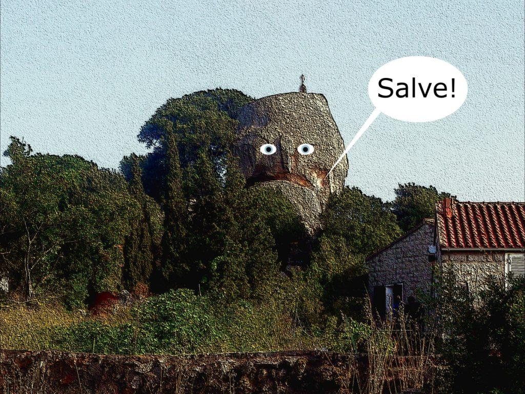 Fels im Südosten Korsikas als Gesicht mit mit Salve-Gruß