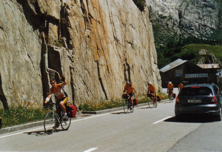 Radgruppe bei Grimselpassauffahrt
