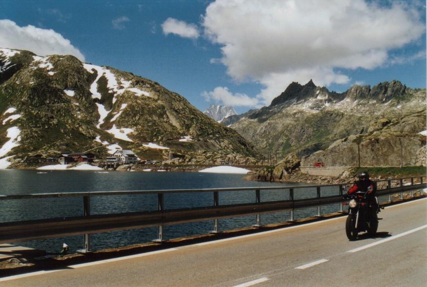 Grimselpass mit See und Motorbiker
