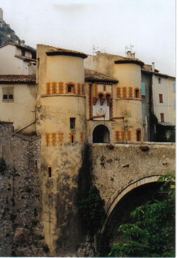 Altes Tor mit Brücke in Entreveaux