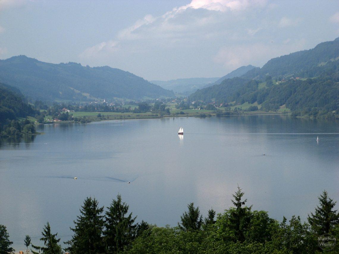 Blick auf Alpsee mit Segelschiff