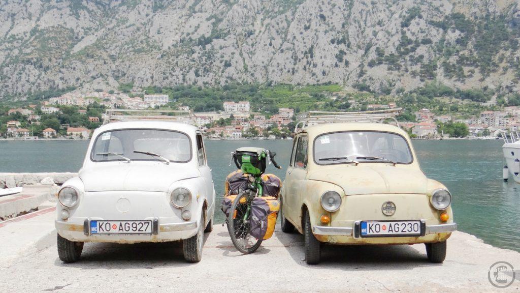 Resierad zwischen 2 Miniautos in der Bucht von Kotors
