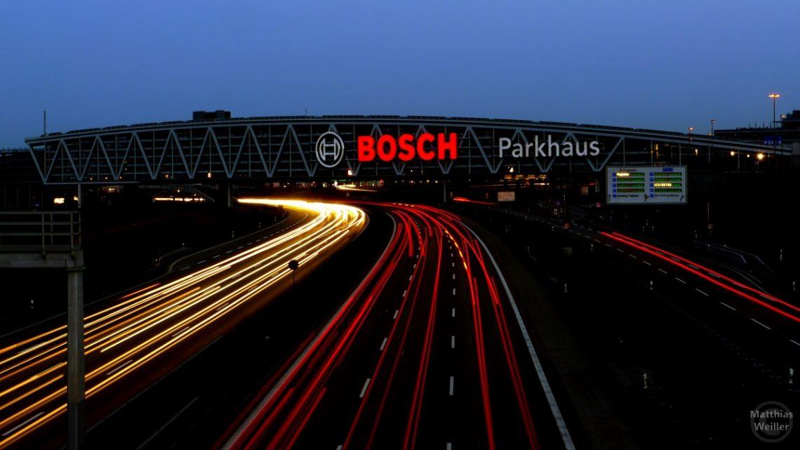 Nachtaufanhme Autobahn mit Parkhuas Messe Stuttgart/LE