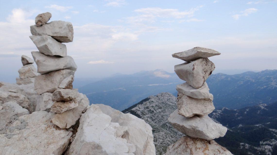 Steinstapel auf dem Sveti Jure, Biokovo, Kroatien mit Adriablick im Hintergrund