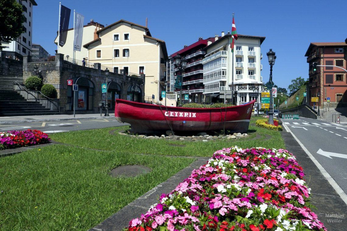 Rote Barke auf Verkehrsinsel in Getaria, Baskenland