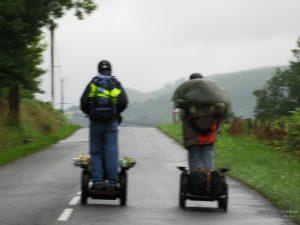 Segway-Fahrer in den regnerischen Pyrenäen, Iraty