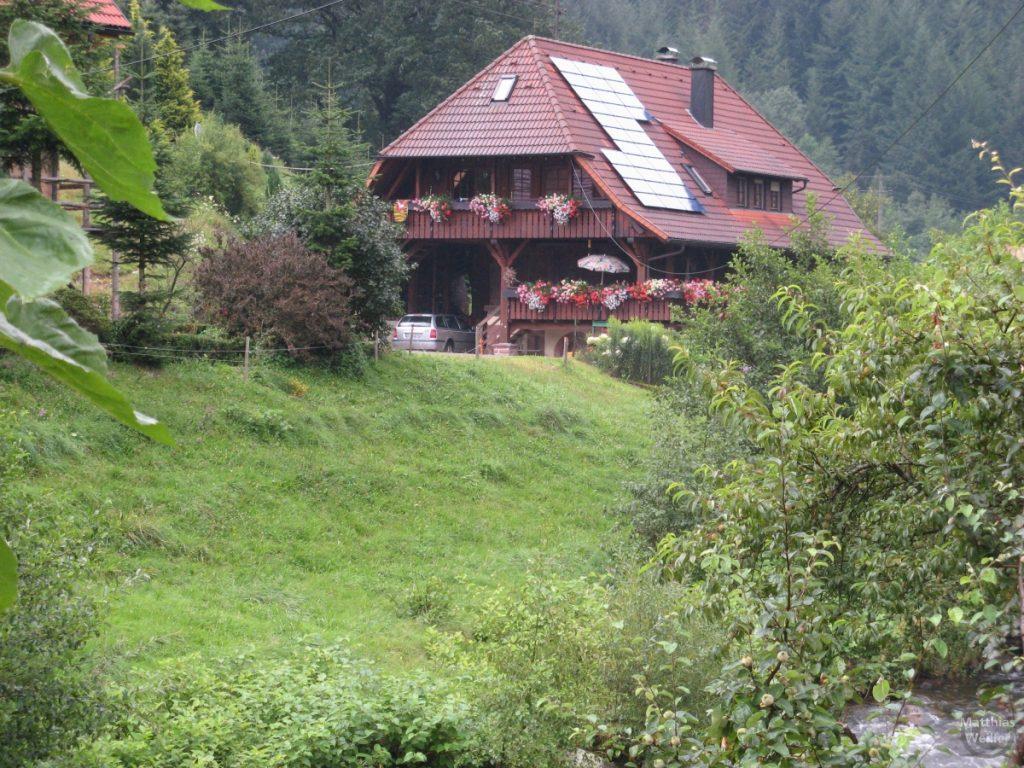 Schwarzwaldhaus, mit Sonnenkollektoren