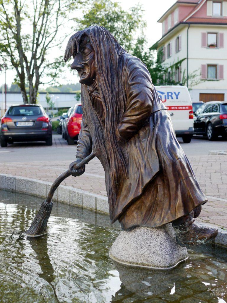 Hexenskulptur mit Besen, Brunnen, Schonach