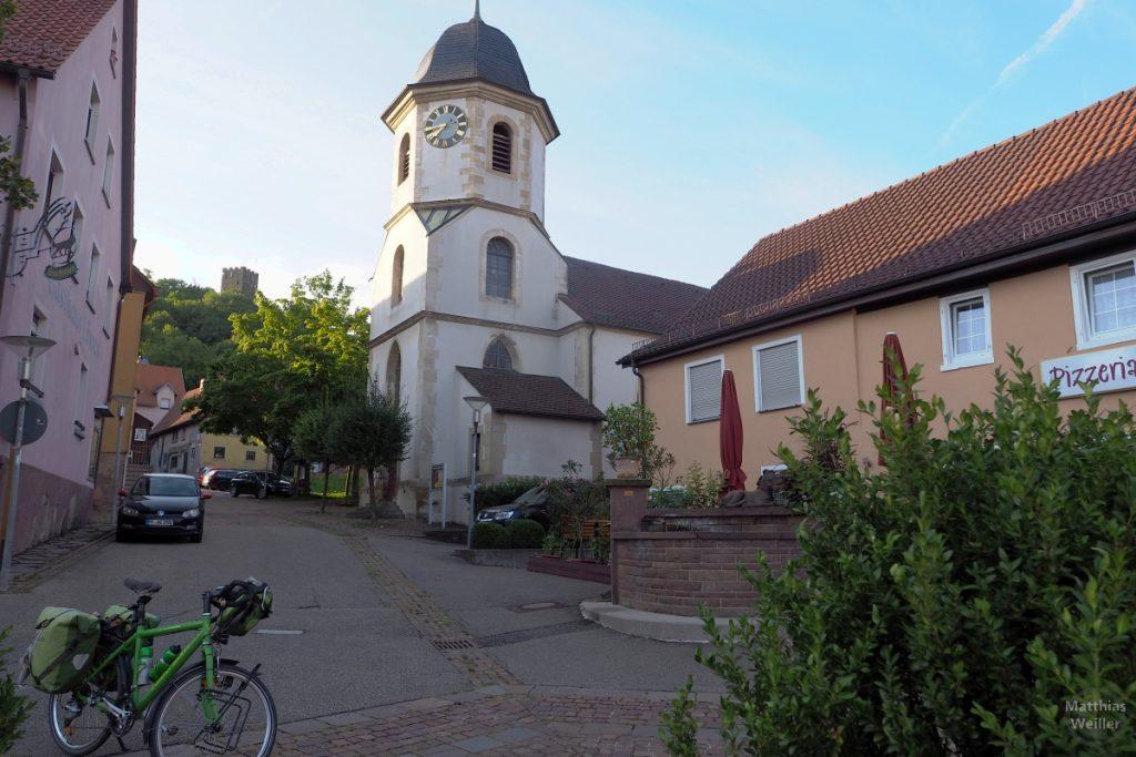 Kirche mit Burgturm im Hintergrund in Sternenfels