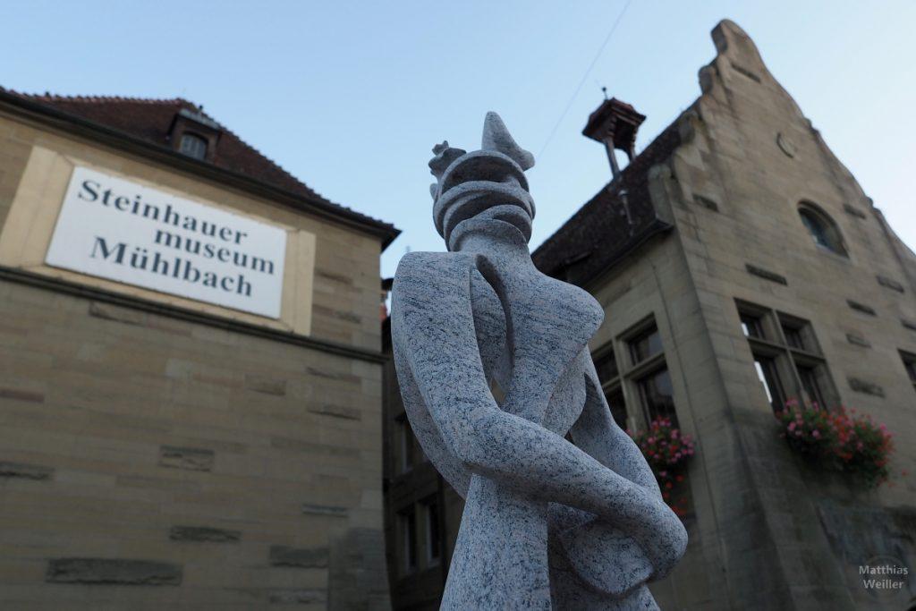 Skulptur vor Steinhauer-Museum in Mühlbach