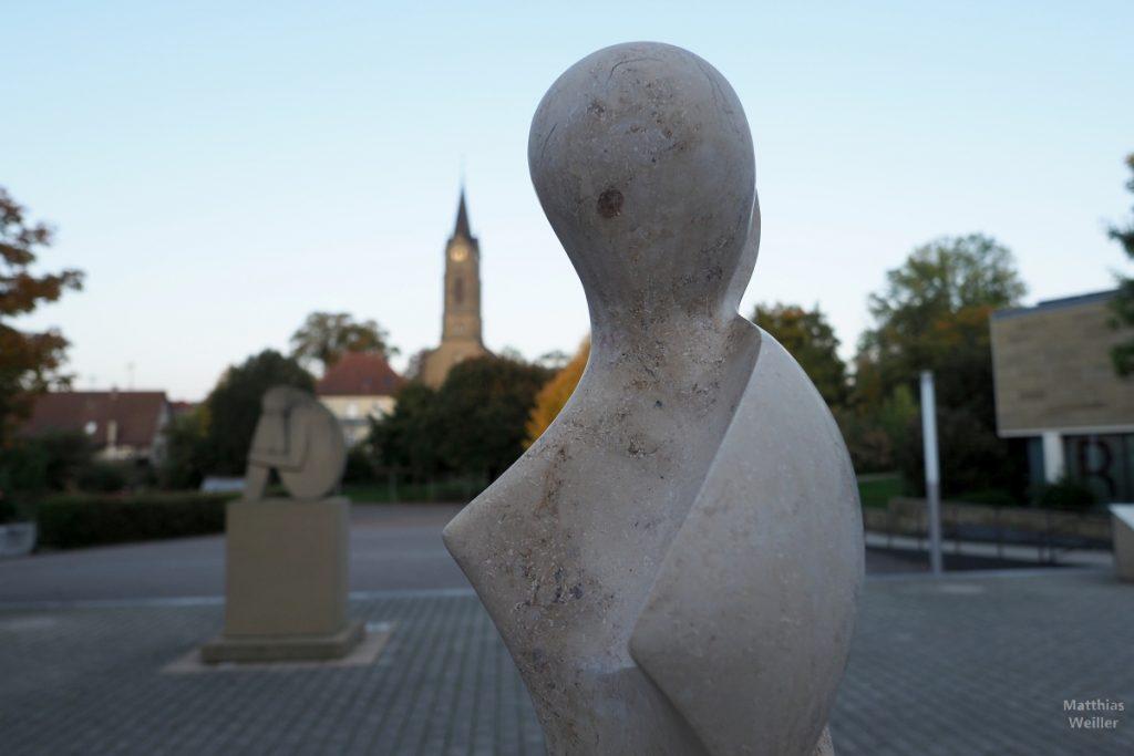Steinskulptur vor Platz und Kirche in Mühlbach