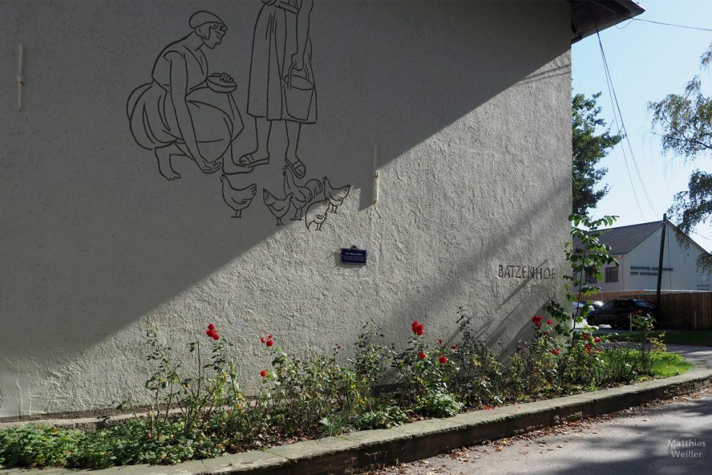 Fresko mit Hühnerbildszene auf Fassade Batzenhof und mit Rosenstöcken