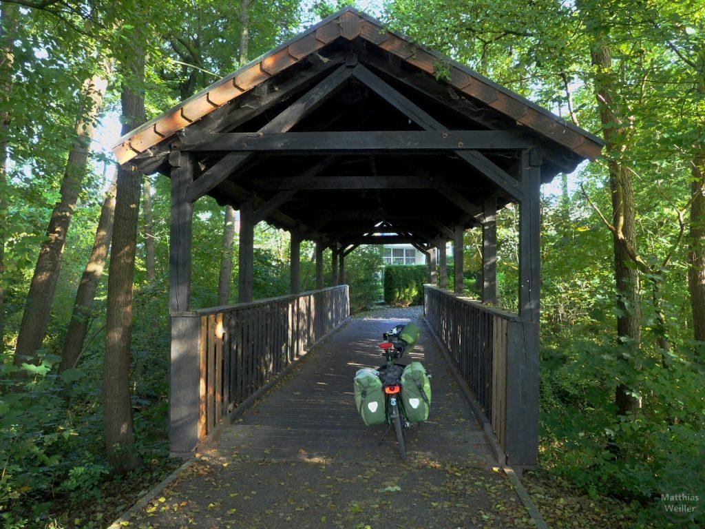Giebeldachholzbrücke mit grünem Rad im Pfinztal