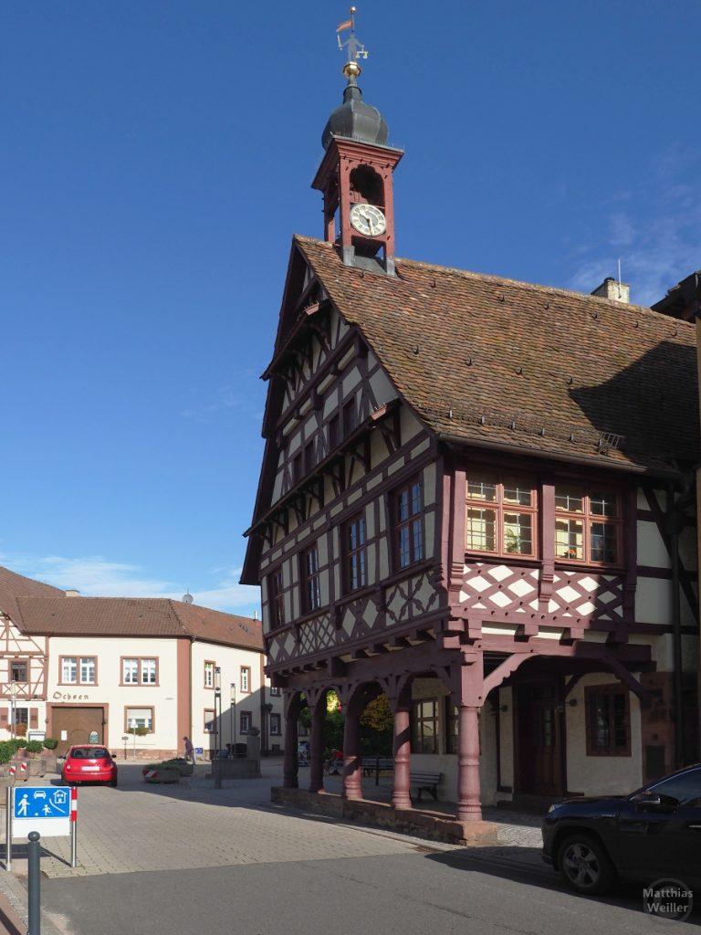 Fachwerk-Rathaus Königsbach mit Türmchen