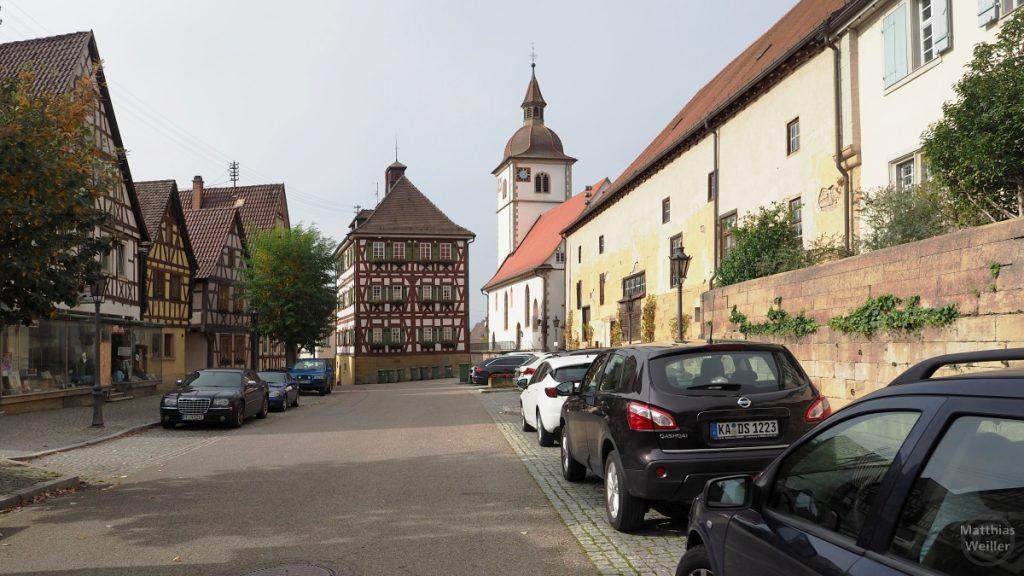 Knittlingen, Totale mit Marktplatz, Kirche, Fachwerkkulisse