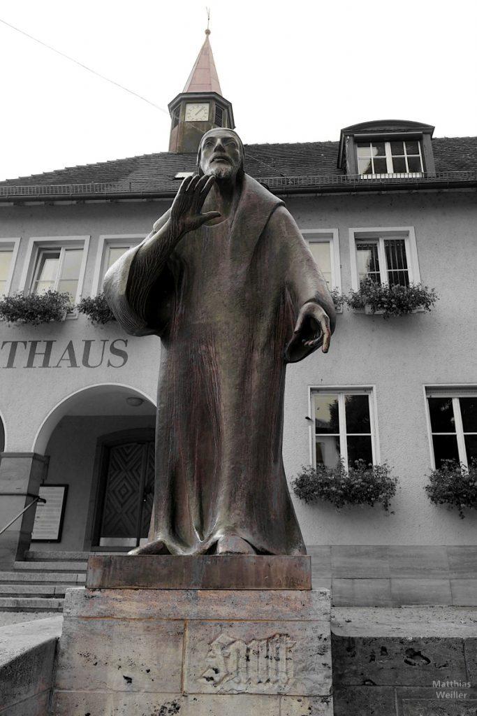 Fast-Skulptur in Knittlingen vor Rathaus