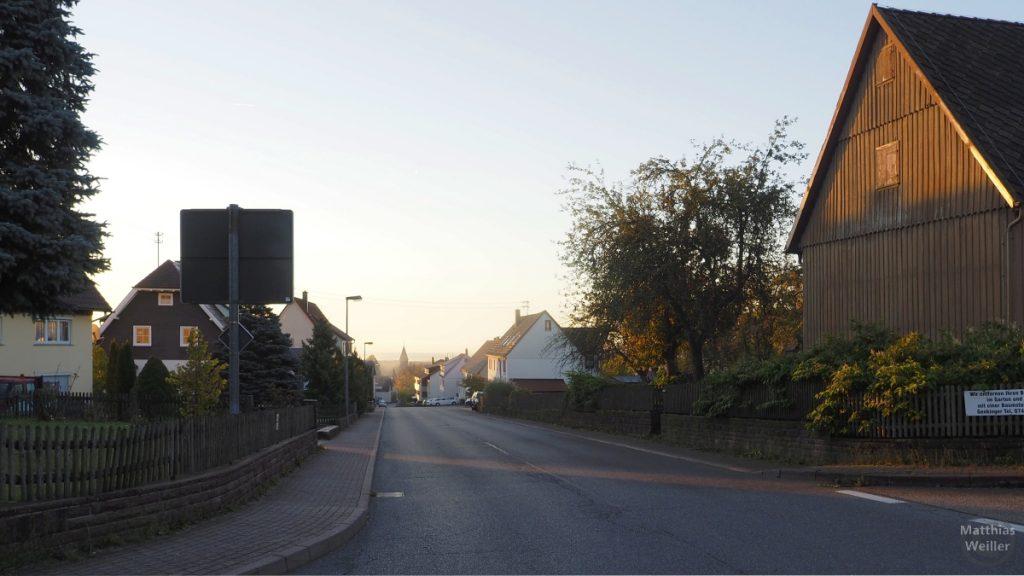 Simersfeld am Morgen, Blick in Straßenflucht auf Kirche