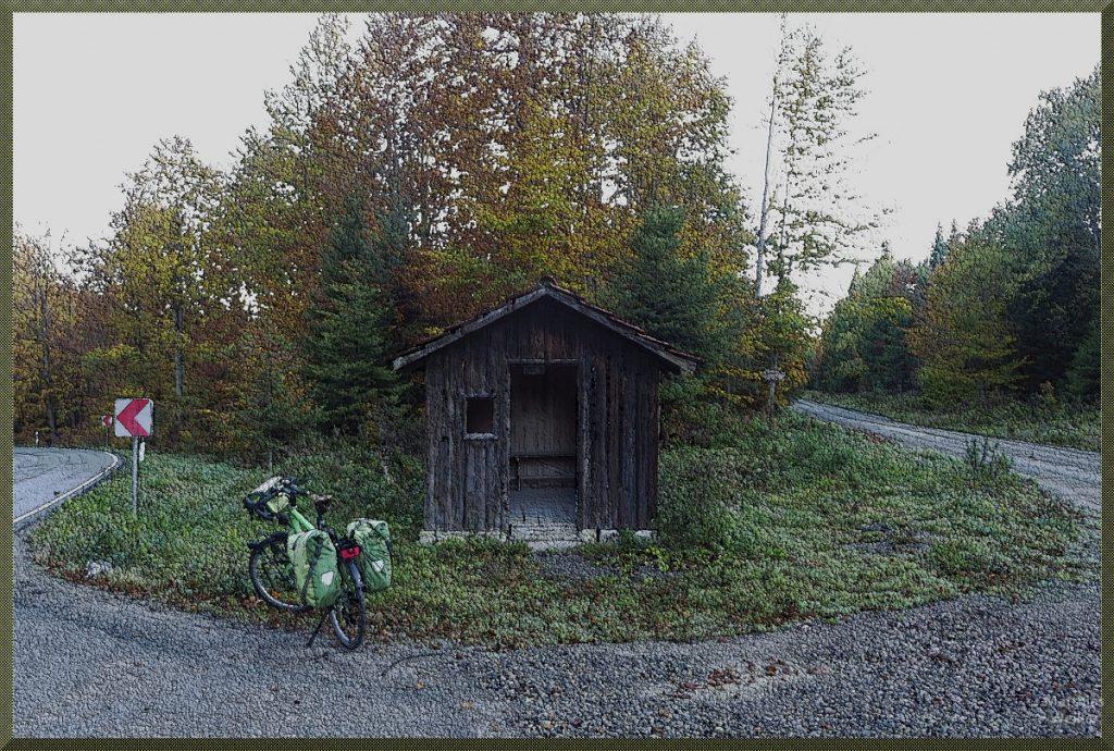 Holzhütte mit Velo und Herbstlaub, mit Malfilter strukturiert