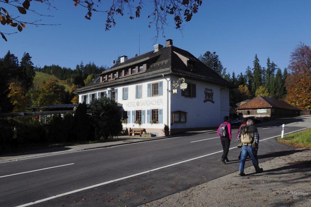 Hotel Sarbacher mit Wanderern, Kaltenbronn