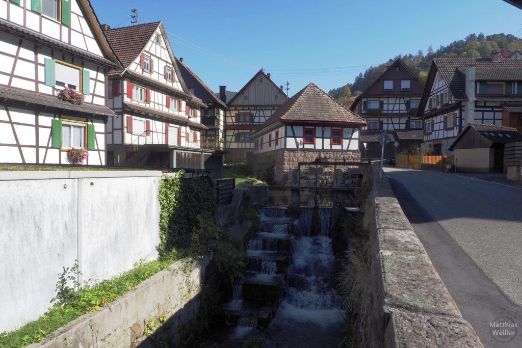 Fachwerkhäuser mit Kaskade in Reichtal