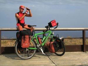 Selbstporträt mit Rad vor Meer, Cap Creus, rot-grün