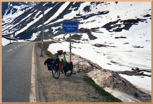 Flüelapass mit Velo, Passschild, Schneeresten