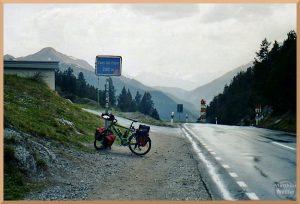 Passo del Fuorn, Velo, Passschild, Bergpanorma, regenasse Straße