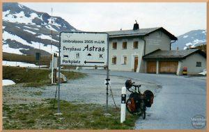 Umbrailpass mit Velo, Passschild, Berghaus, Schneereste