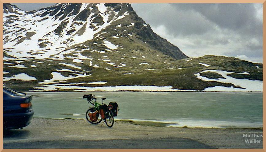 Lago Bianco, Gaviapass, mit Velo und Schneeresten