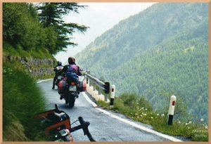 grüne Südseite am Gaviapass mit Motorrädern auf enger Straße am Abhang