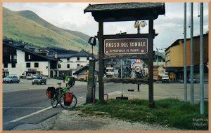 Passo del Tonale mit Passschild, Velo, Ort