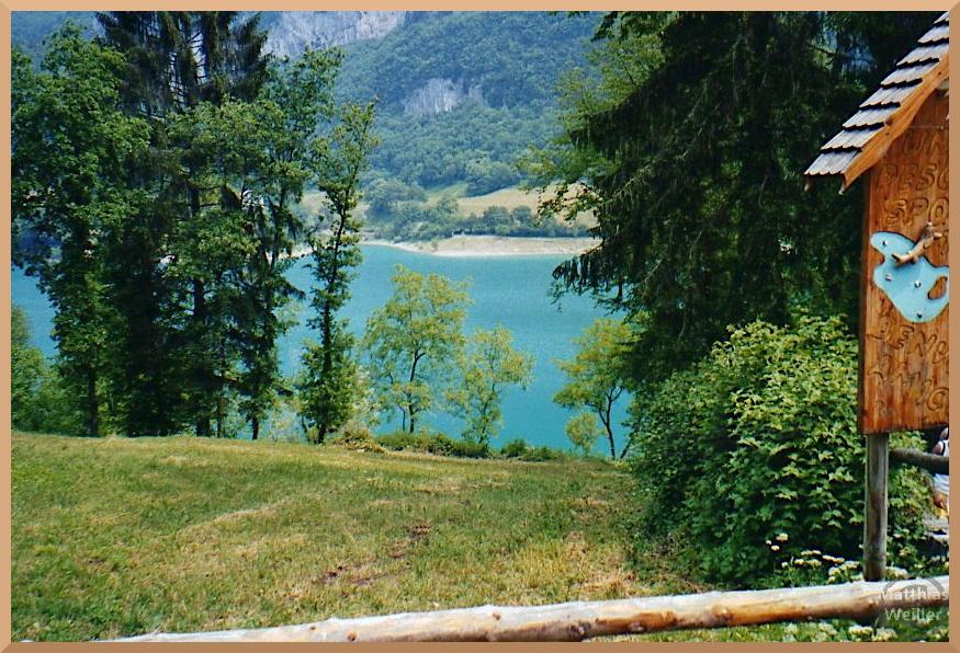 blauer Lago di Tenno im Umgebungsgrün