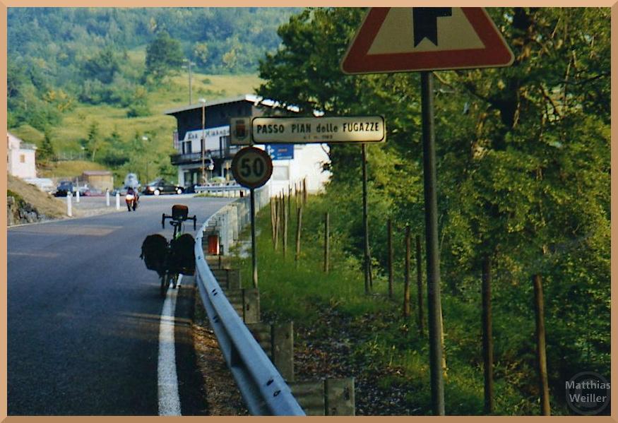 Passo Pian delle Fugazzo mit Passschild, Velo, Motorbike, Gasthof