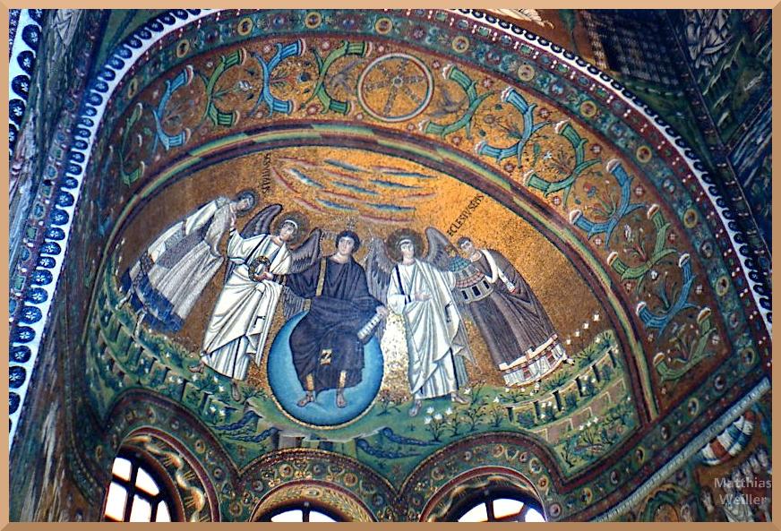 blau-gold-grünes Mosaik mit Engelszene in der Aspismuschel der Basilca San Vitale, Ravenna