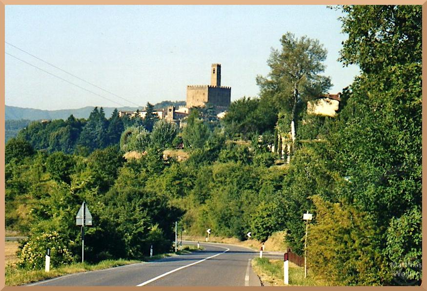 Weit-Panorama von Straße auf Poppi mit Palazzo