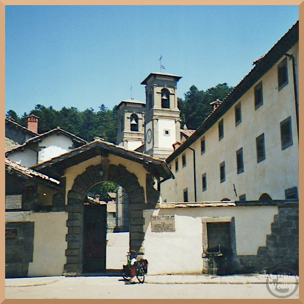Klosterkriche, Doppelturm mit Tor und Mauer, Eremio di Camáldoli