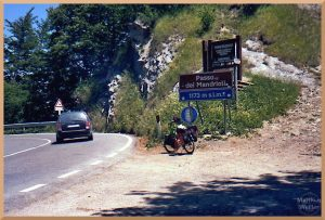 Passkurve Passo dei Mandrioli mit Passchild, Velo und Auto