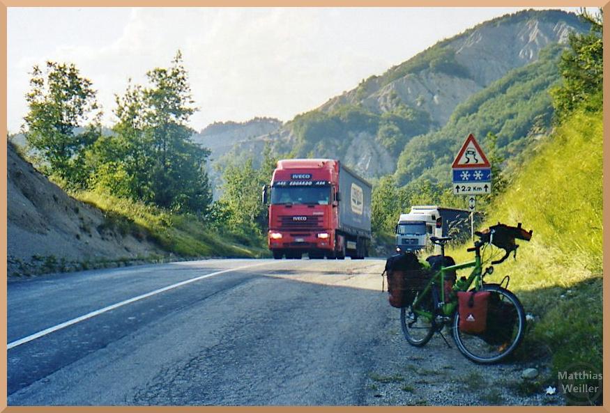 Truck-Stau am Valico di Montecoronaro, mit Velo