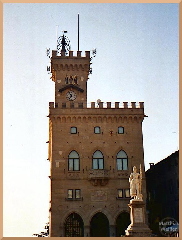 Palazzp Púbblico in San Marino, Turmarchitektur mit Zackenkronen