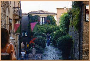 steile Gasse und Gartengasse in San Marino mit Leuten
