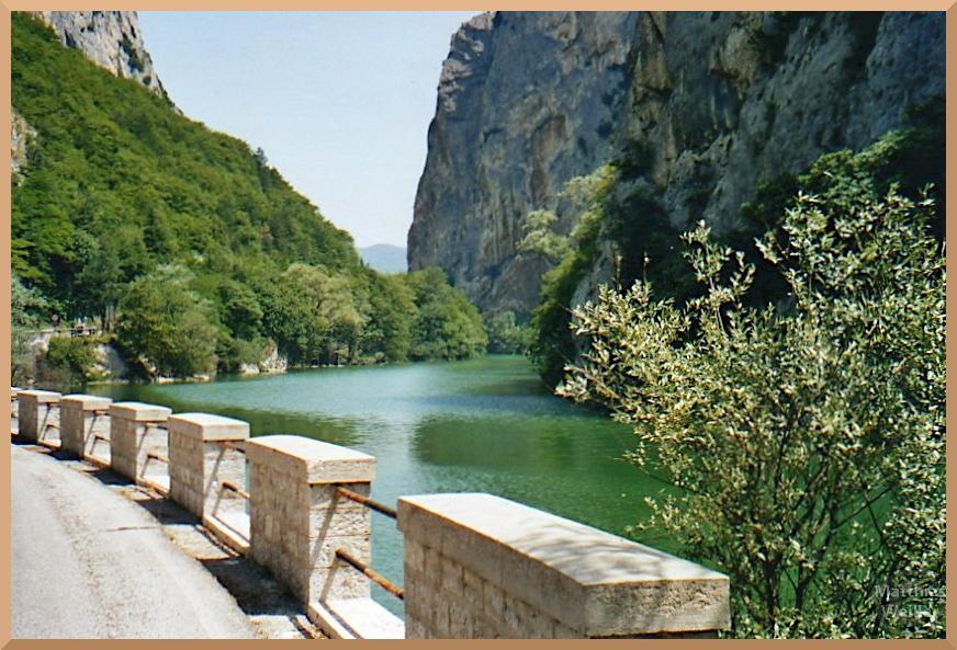 grün lecuhtender angestauter Furlo-Fluss mit hohen Schluchtfelsen