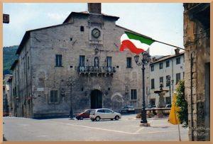 Piazza in Cagli mit Brunnen und Rathaus? Kirche?