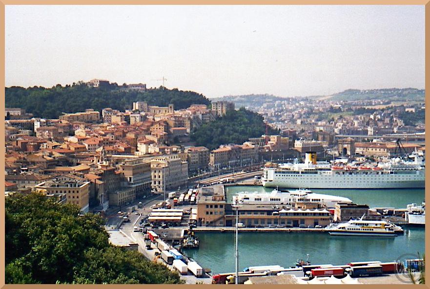 Blick auf Hafen und Stadthügel Ancona