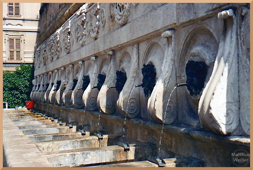 reihenartige Gesichter mit spuckenden Mundrohren, Fontana delle Erbe, Ancona