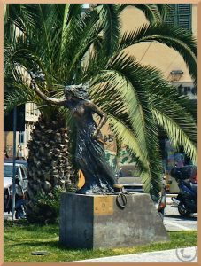 Skulptur einer im Wind stehende Meerjungfrau, Ancona