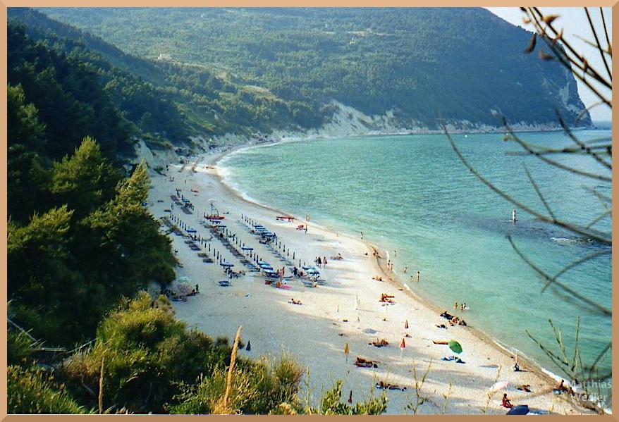 Spiaggia San Michel in der Steilbucht von Sirolo