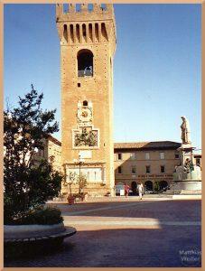 Glockenturm in Recanati direkt auf Piazza, Zackenkrone