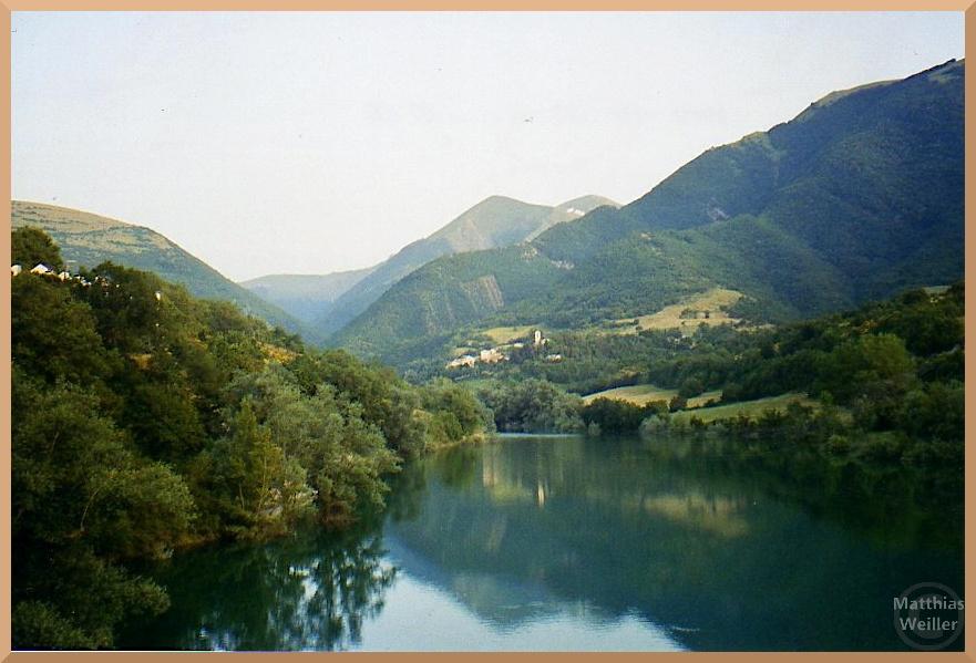 stiller Lago di Fiastra in den Monti Sibillini, steile grüne Hügel