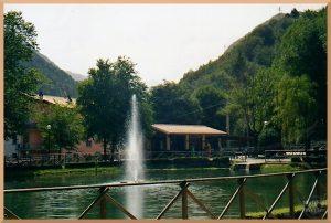 Gartenanlage mit Teuch und Wasserfontaäne in Visso